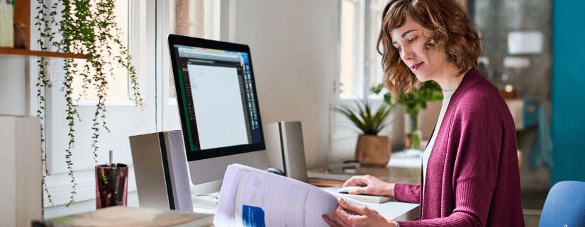 Mulher trabalha home office com produtividade